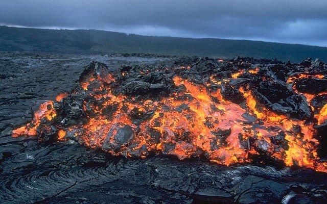 yuksek sicakliktan dolayi erimis kayalardan olusan katman nedir adı