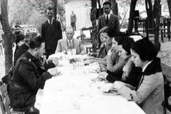 Mustafa Kemal Atatürk, kardeşi Makbule Atadan'ında aralarında bulunduğu ziyaretçiler ile beraber sofrada